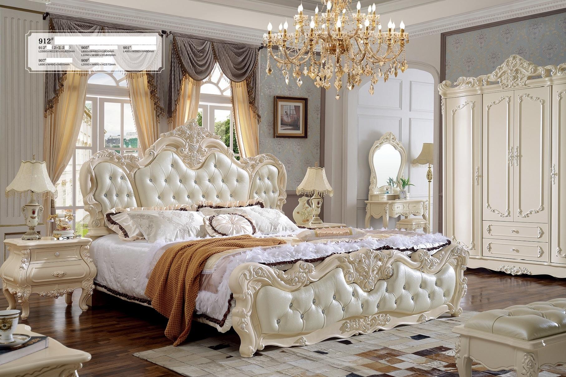 Opulentes Doppelbett im Barockstil